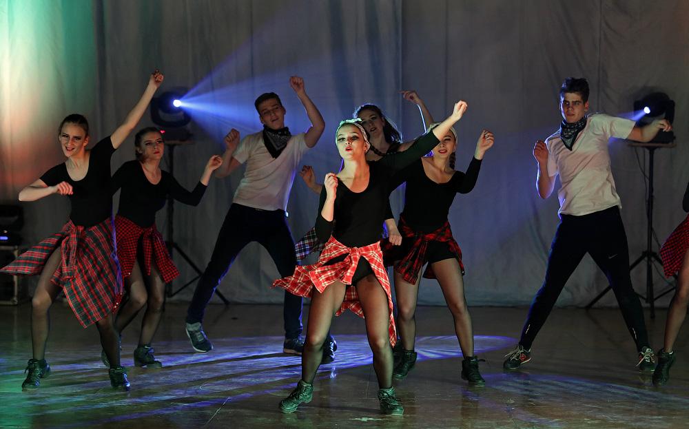 Танцевальный конкурс для большой компании