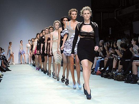 Неделя моды в лондоне выход голых моделей