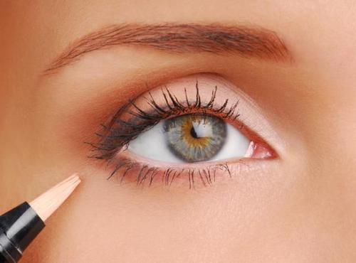 Steps to applying eye makeup