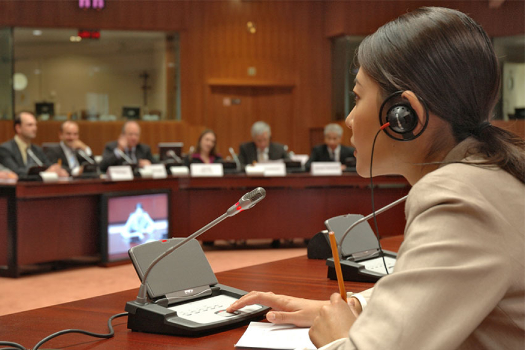 В процессе синхронного перевода устный переводчик использует микрофон и практически без задержки