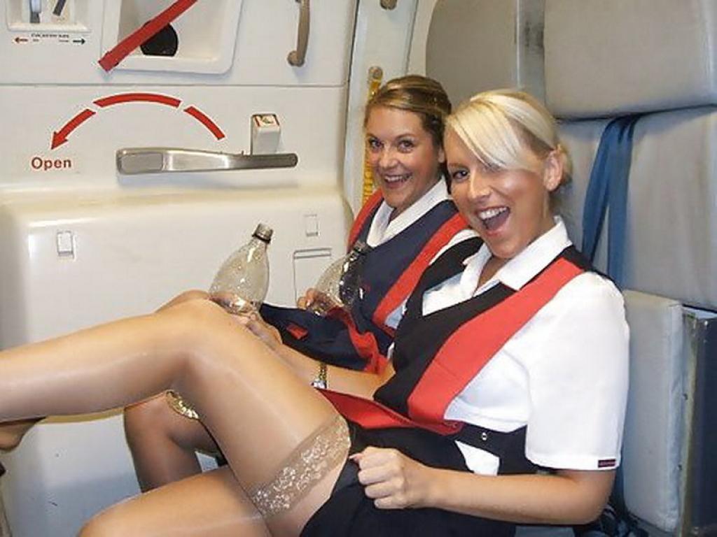 стюардессы снимают юбочки