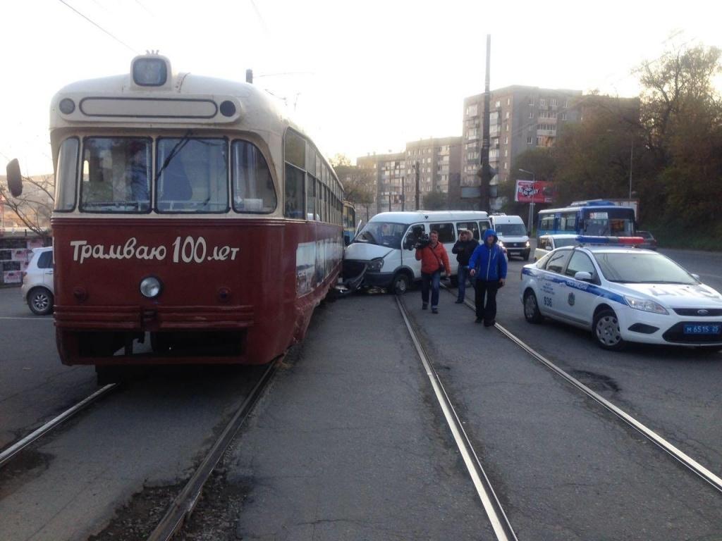 ВоВладивостоке маршрутка врезалась втрамвай