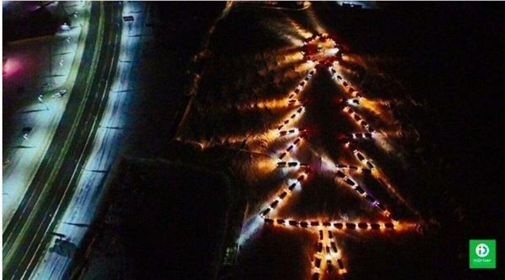 ВХабаровске построили огромную елку изавтомобилей