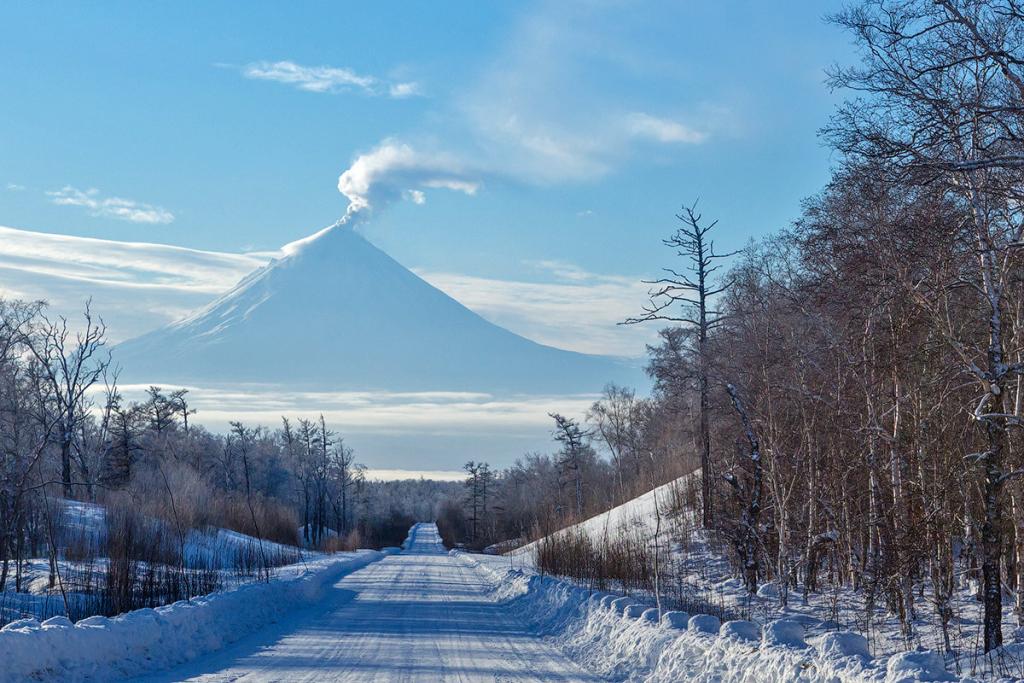 Ключевской вулкан наКамчатке выбросил столб пепла навысоту 5 километров