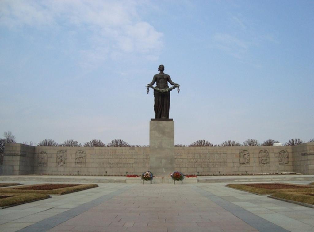 Губернатор поздравил уральцев сДнём воинской славы РФ