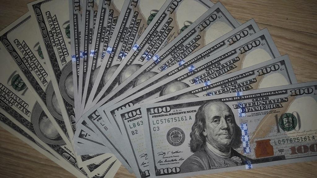Официальный курс доллара опустился до58,71 рубля