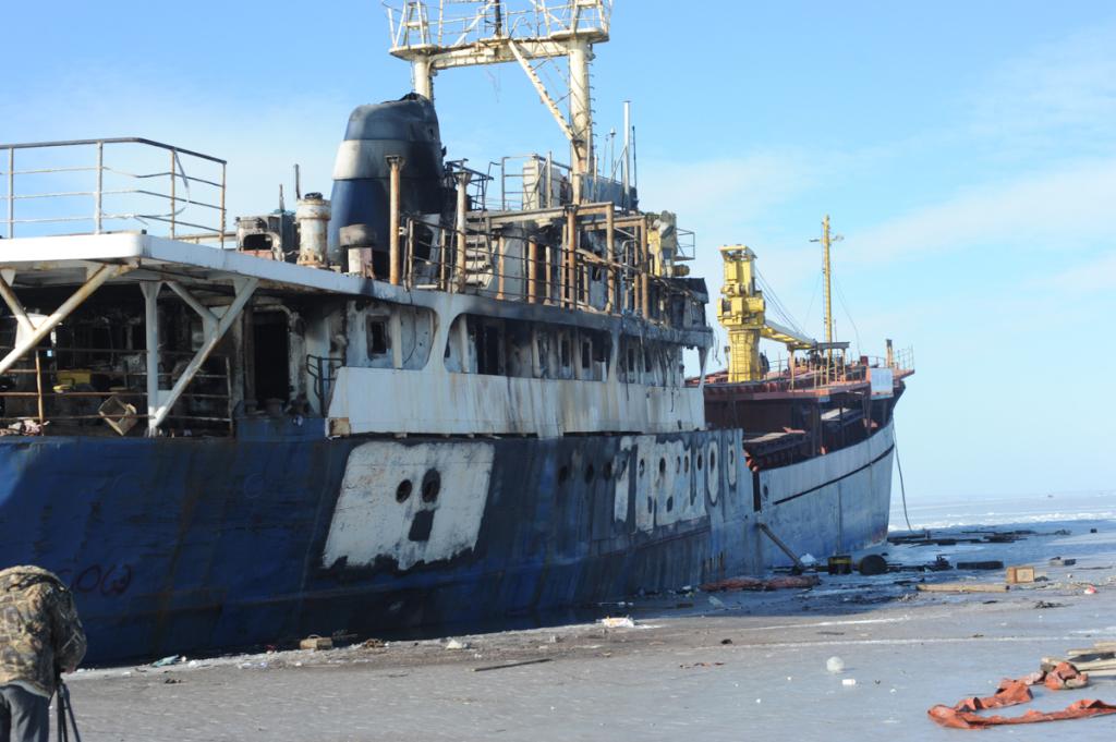Здешние власти начали откачивать воду ссудна Yeruslan вАмурском заливе