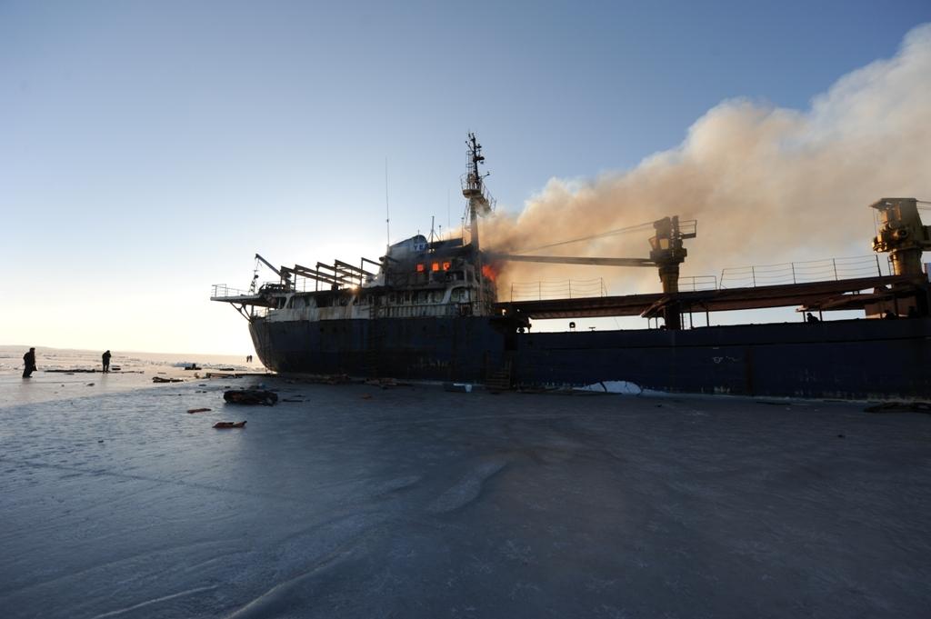 Сброшенного под Владивостоком судна начали откачивать воду