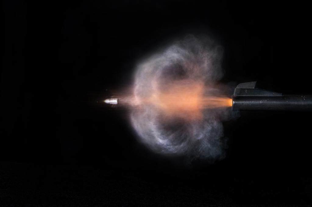 Застреливший гостя кафе полицейский проведет полтора года вколонии