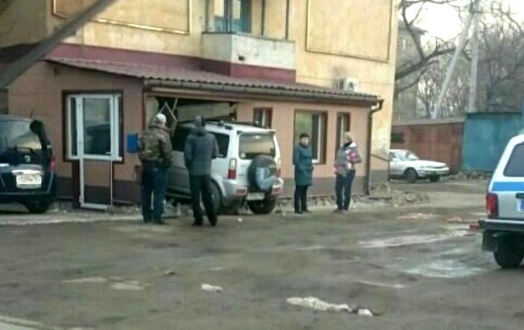 ВУссурийске вседорожный автомобиль въехал в дом