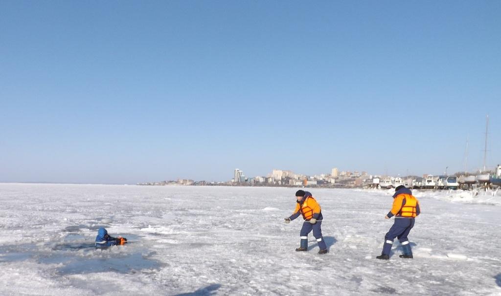 ВоВладивостоке под лед провалился человек