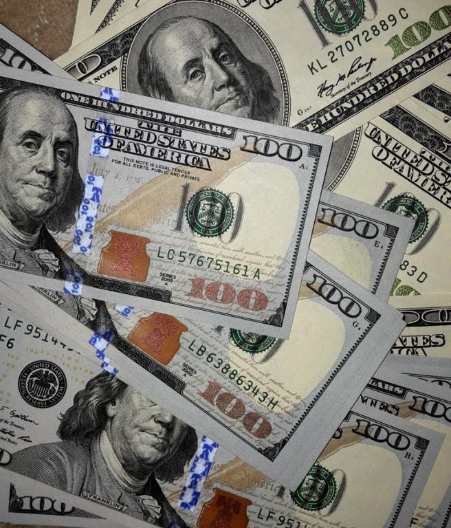 Официальный курс доллара упал до59,65 рубля