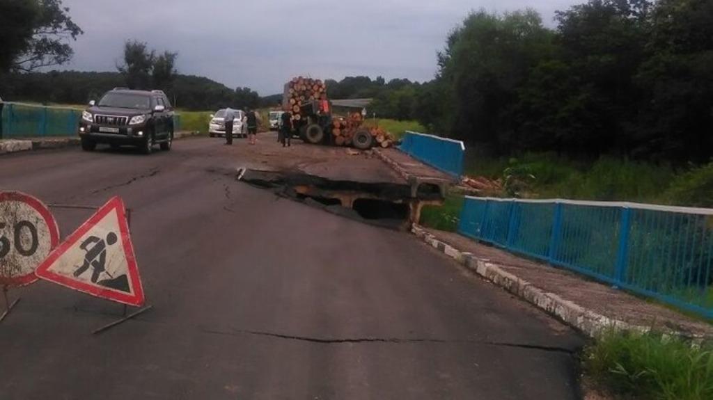 90-тонный лесовоз обрушил мост вПриморском крае
