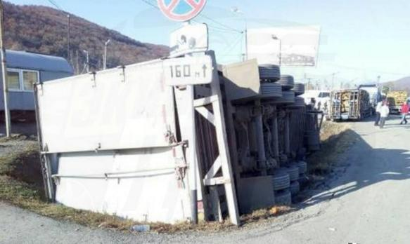 ДТП в Приморье, в котором водитель грузовика потерял прицеп, попало на фото
