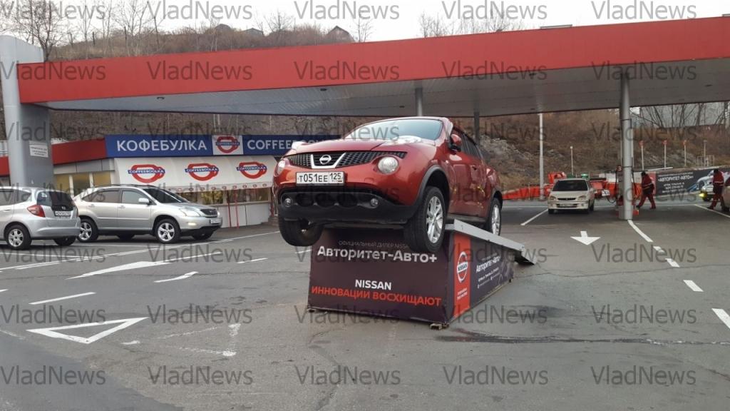 Иностранная машина воВладивостоке «повисла» нарекламном стенде