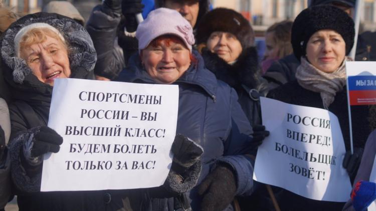 ВоВладивостоке русских олимпийцев поддержали митингом, песнями ибольшим триколором