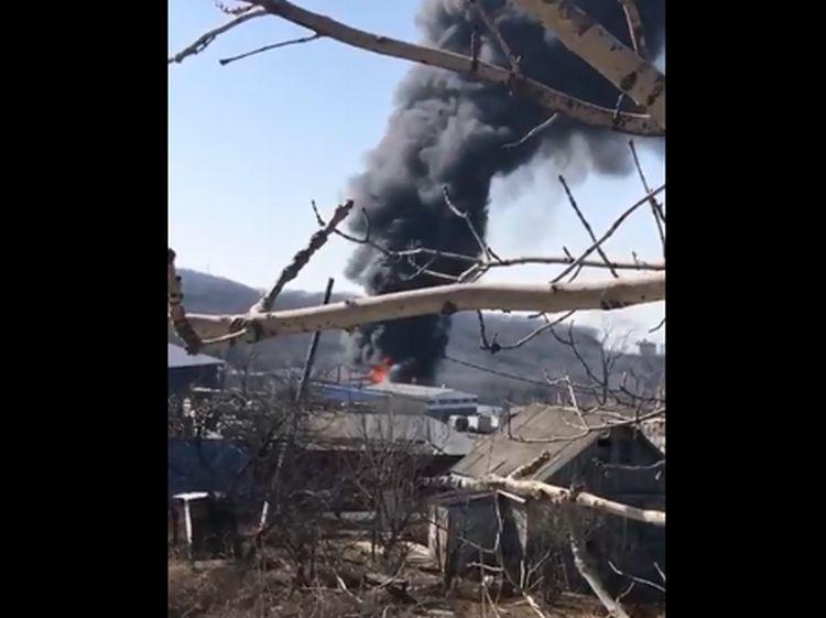 ВоВладивостоке наскладе строительных материалов вспыхнул сильный пожар