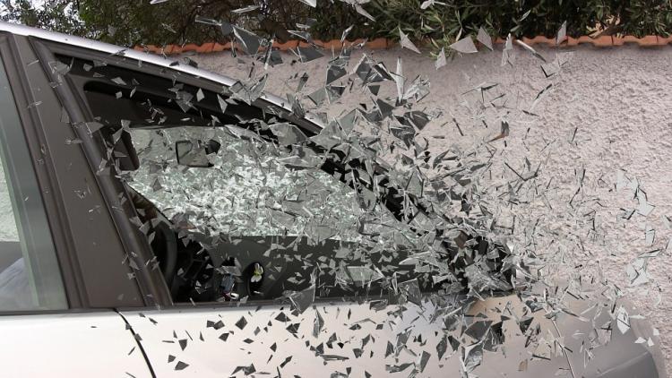 Гражданин Владивостока угнал машину, врезался взабор и заснул