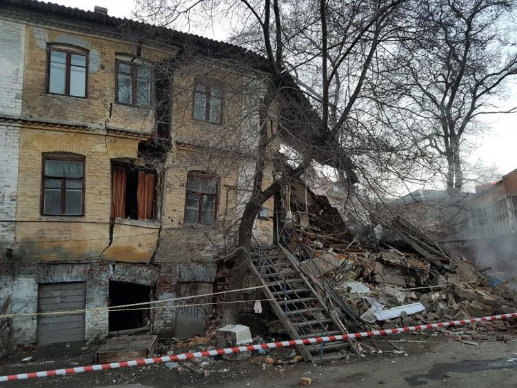 ВоВладивостоке обрушилась часть старинного жилого дома