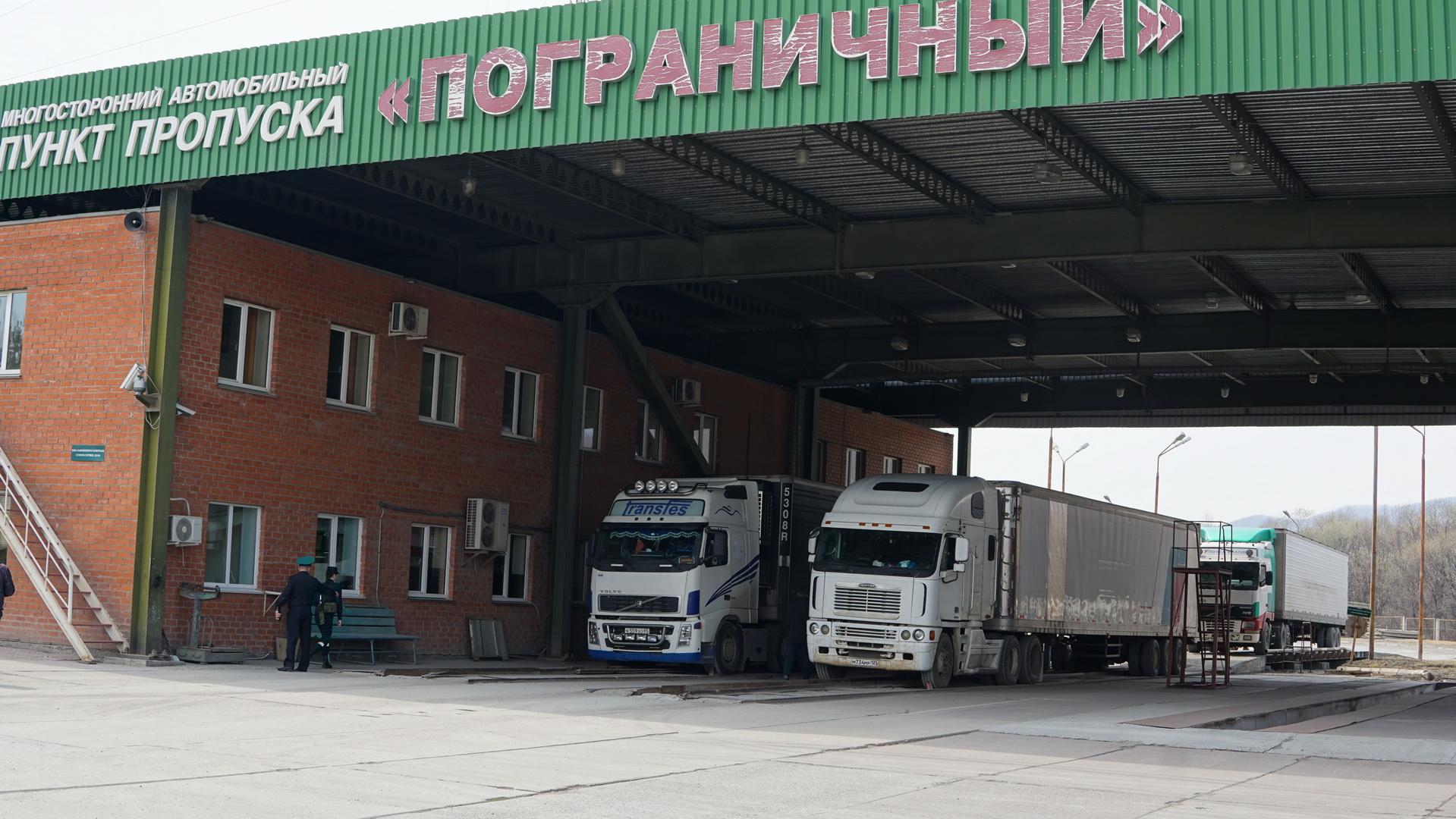 Около 180 грузовых автомобилей скопилось на границе РФ и КНР в Приморье