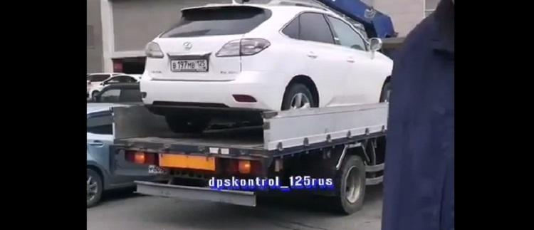Во Владивостоке эвакуаторщик забрал Lexus у беременной автоледи