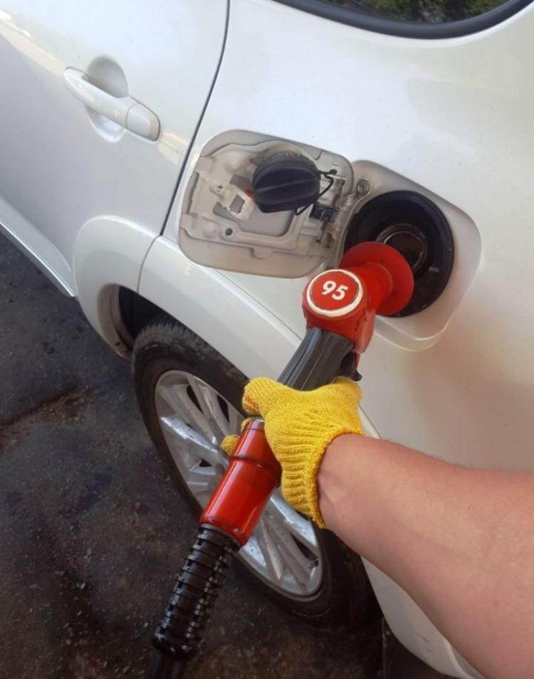 Бензин на автозаправках подешевел на 2 копейки