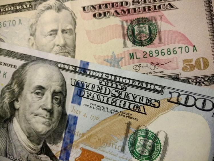 Курс доллара продолжает понижаться крублю, евро подорожал