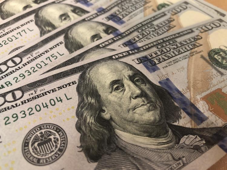 Курс доллара опустился ниже 64 руб.